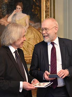 Svenolof Karlsson och ambassadör Matti Anttonen i samspråk.