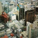 Våghals som snart ska göra en resa 200 meter nedåt, Auckland, Nya Zeeland.