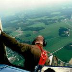 Assisterade i helikoptern när Allan Borg fotograferade Esse å från ovan. För att få bättre bilder ställde han sig på helikoptermeden.