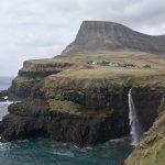 Efter den sista tunneln vid vägens ände öppnar sig synen över Gásadalur, Färöarna.