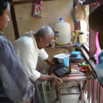 Kö till den enda telefonen i en by nära floden Irrawaddy, Burma.