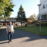 Otto Benjaminsen utanför folkhögskolan i Kabelvåg, Lofoten, Norge. På denna skola ställde Otto som ung telemontör i ordning utrustningen inför den nordiska telekonferens, som i juni 1969 beslöt utveckla mobiltelefonsystemet NMT. Att jag fick tag på honom och fick höra hans berättelse är i min egen referensram ett riktigt scoop.