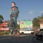 Att korsa gränsen i bergen mellan delstaterna Tamil Nadu och Kerala i Indien innebär ett skifte i världsbild. Kerala har under perioder varit kommuniststyrt och någon trend att avveckla Lenin finns inte.