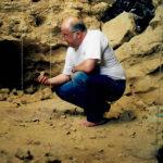 Denna neandertalgrotta precis vid Rhoneflodens strand besökte jag i sällskap med paleontologiprofessorn Alban Defleur och Eirik Granqvist, den senare på bilden. Att döma av matresterna hade neandertalarna här ägnat sig åt kannibalism.