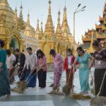 Allt är guld som glimmar. En helt osannolik stad nära Yangon, Burma, där allt glänser av guldbeläggning. Soppatrullen i arbete.