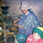 Matlagning på gång i en familj som under några dagar stod för login, några stenkast från Titicacasjön, Bolivia. Mycket enkelt och trevligt, men här blev jag för första och hittills enda gången under mina resor magsjuk.