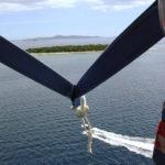 Paraflying är ett bra sätt att få överblick över Fijis öar. I fronten Treasure Island, en av Mamanucaöarna väster om huvudön.