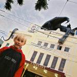 Ett givet ställe att besöka är biografen Embassy i Peter Jacksons födelsestad Wellington, Nya Zeeland. Här ägde världspremiären rum för Sagan om konungens återkomst, den avslutande delen av Jacksons trilogi om Härskarringen. Några veckor efter premiären såg jag filmen just här i sällskap med min elvaåring. Den enda biograf jag upplevt där dörrhandtagen på toaletterna varit guldbelagda.