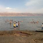 Testade givetvis att bada i salthalt på 33 procent. Döda havet, på gränsen mellan Israel och Jordanien, gör skäl för sitt namn. Vattenytan har sjunkit 30 meter på hundra år.