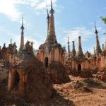Naturen i färd med att återerövra stuporna i Intein, i det inre av Burma. I bakgrunden nybyggda stupor täckta med guld.