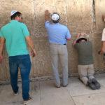Tyvärr bara en suddig mobiltelefonbild. Har fler hemligheter och böner uttryckts på något annat ställe än Västra muren (i kristet språkbruk Klagomuren) vid Tempelberget i Jerusalem?