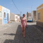 En mycket trankil plats mitt på eftermiddagen. Den by på Kap Verde där Henke Larssons (fotbollsspelarens) far växte upp.