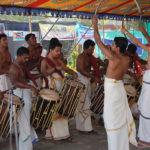 Ceremoniell musik som gjorde intryck, men jag minns för min själ inte namnet på orten. I Kerala, Indien, hände detta i alla fall.