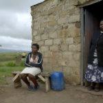 Mor och dotter fotograferade av Gerhard Jörén vid deras hem nära Mtobatoba, KwaZulu, Sydafrika.