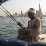 En långsam segling med feluck på Nilen genom Kairo ger gott om tid att iaktta och reflektera. (Släktskapet mellan en feluck och segelbåtarna i bakgrunden är mycket avlägset.)