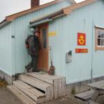 Nordligaste punkt med fast bosättning, i varje fall på Svalbard. Anders Häggblom, som besökte platsen också som forskare 1958, undrar om poststationen är öppen.