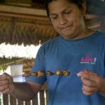 Läckerheter serverade på Sani Lodge tre timmars båtfärd nedåt Rio Napo från El Coca sett, i Ecuador i den del av Amazonas som anses ha störst biodiversitet.