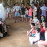 Gerhard Jörén i arbete i ett klassiskt longhouse, Borneo. Vi sökte ett ställe dit mobiltelefonin ännu inte nått. Alla förklarade att de otåligt väntade på att bli delaktiga också av denna välsignelse.