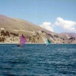 En sjö för meditation, 3812 meter över havet, små segelbåtar passerar tyst förbi.