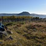 Precis här uppfördes bosättningar av de nordbor som för tusen år sedan koloniserade vad de kallade Västerbygden, på sydligaste Grönland. Här är relativt frodigt, Efa Poulsen på bilden är trädgårdsmästare vid den lantbruksskola som döljer sig bakom träddungen.