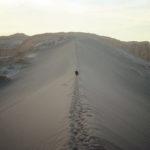 Fullt med märkliga bergsformationer och sanddyner söder om San Pedro de Atacama, Chile. Det vita på marken är salt.